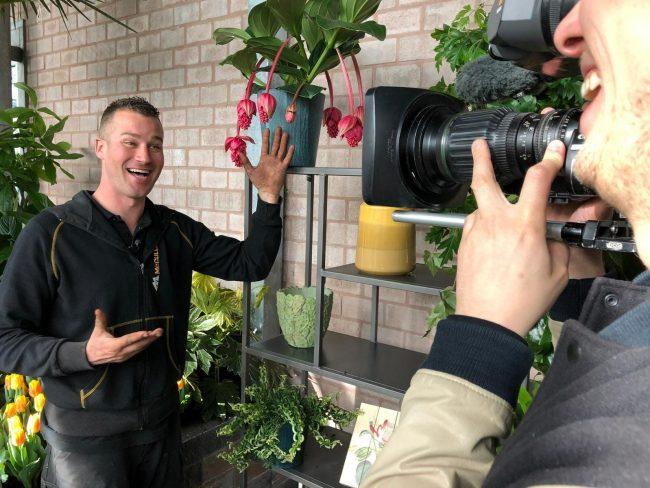 Ivo Putman tijdens opnamens van De Grote Tuinverbouwing